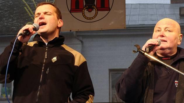 Poslední štědrodenní koncert Pavla Nováka na přerovském náměstí v roce 2008 Vlevo syn Pavel