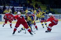 Hokejisté Přerova (ve žlutém) v prvním utkání druhé části Chance ligy proti Porubě.