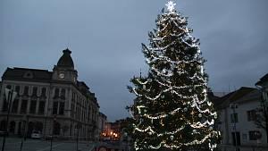 Vánoční strom v Přerově už svítí