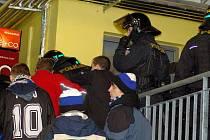 Rozvášněnou skupinu fanoušků museli na hokejovém utkání mezi Přerovem a Havířovem usměrňovat těžkooděnci