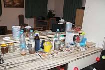 Čtyři osoby obvinili přerovští kriminalisté z výroby a prodeje pervitinu. Tady jsou zabavené důkazy