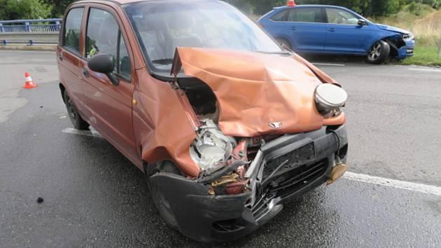 Řidička nedala přednost a po srážce skončila i s druhým řidičem v nemocnici.
