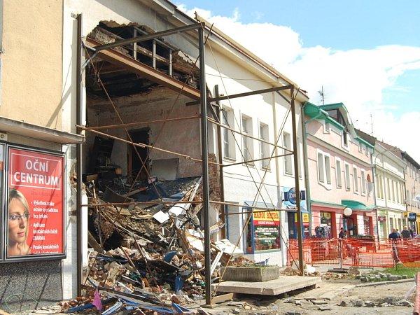 Statické zajišťování domu vKramářově ulici, do kterého narazil kamion.