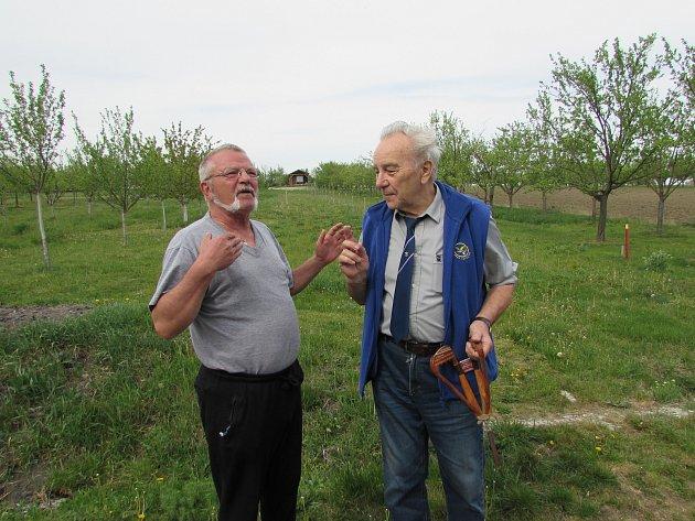 Jiří Ovísek po 40letech na místě havárie se svědkem své katapultáže Petrem Jančou.