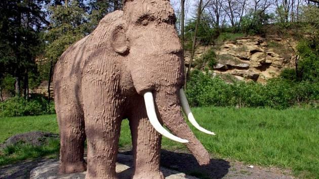 Současný mamut na naučné stezce Předmostím až do pravěku
