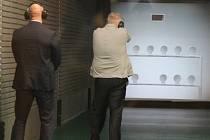 Ministr vnitra Chovanec (ve světlém saku) na návštěvě u přerovských policistů