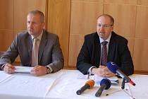 Ministr zemědělství Ivan Fuksa (vpravo s brýlemi) na jednání v Přerově