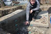 Přerovští archeologové bádají na Horním náměstí v místech, kde se kdysi nacházela studna.