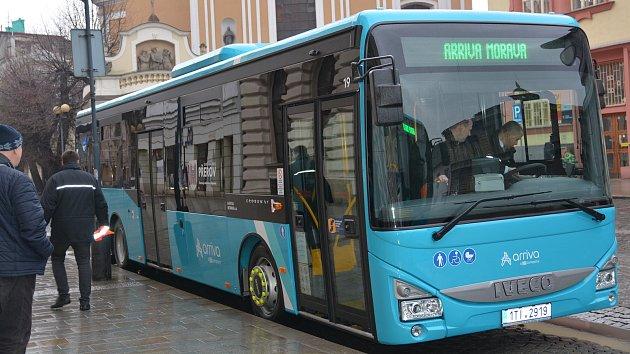 Představení nových autobusů pro přerovskou MHD. Jsou nízkopodlažní a lidé si mohou zakoupit jízdenku přímo ve voze platební kartou