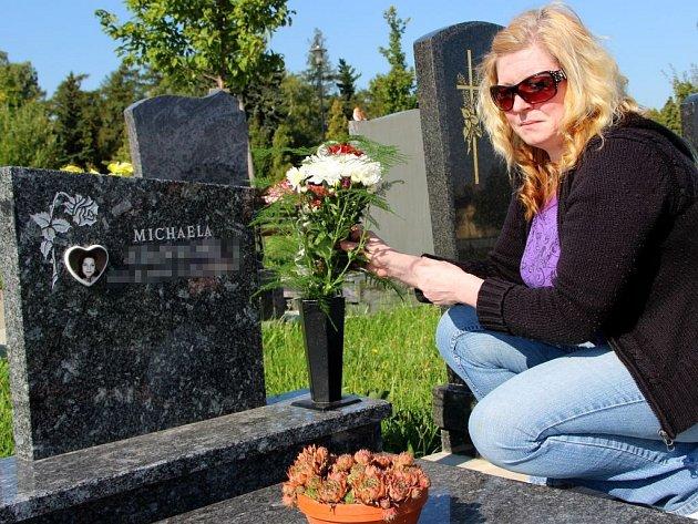 Jana Švejdová u hrobu své dcery, kterou zabil metanol