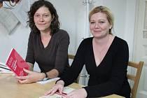 Iva Linhartová (vlevo) a Marcela Nosálová pracují v přerovské pobočce organizace Člověk v tísni.