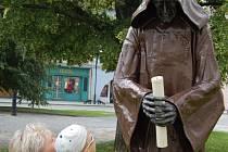 Lidé mohli obdivovat plastiku s názvem Mnich už během výstavy Kov ve městě před třemi lety. Letos bude k vidění v podloubí na náměstí.
