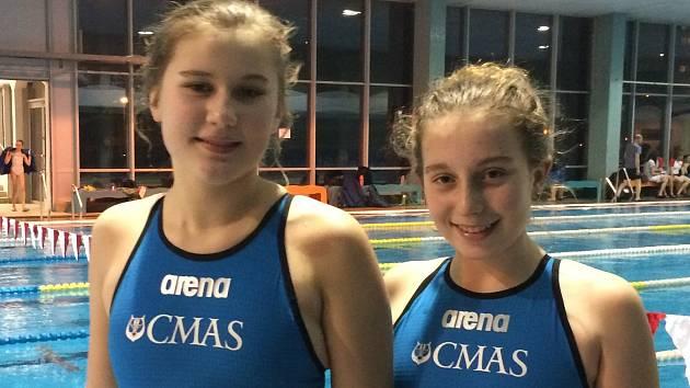 Přerovské ploutvové plavkyně Adéla Zapletalová (vlevo) a Kateřina Padalíková si zajistily nominaci do juniorské reprezentace.