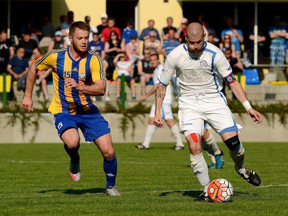 Fotbalisté Kozlovic v derby s Přerovem (v bílé)