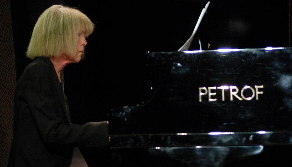 Pianistka Carla Bley. V Mětském domě v Přerově ji dopovodili dva hráči jejího tria - Steve Swalow a britský saxofonista Andy Sheppard