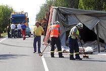 Hasiči odklízeli následky nehody.