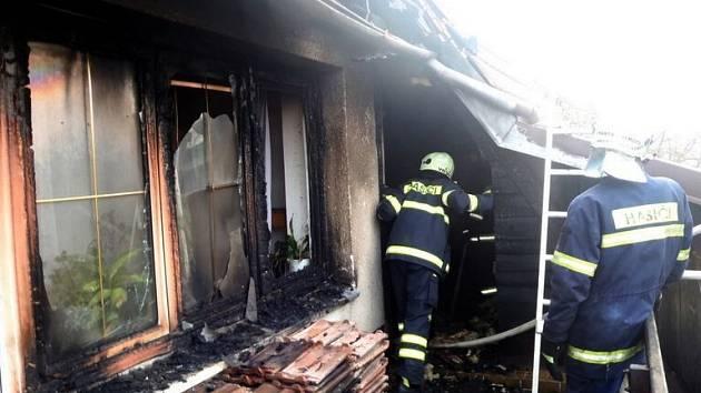 Hasiči zasahují u požáru rodinného domu v Kojetíně