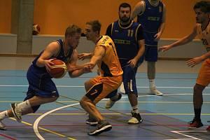 Basketbalisté Lipníku nad Bečvou (ve žlutém) doma nestačili na rezervní tým prvoligového SKB Zlín, v jehož dresu se představilo sedm přerovských odchovanců.