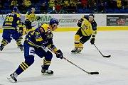 Hokejisté Přerova (v modrém) proti Ústí nad Labem (7:4).