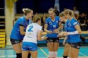 Volejbalistky Přerova (v modrém) proti TJ Ostrava.