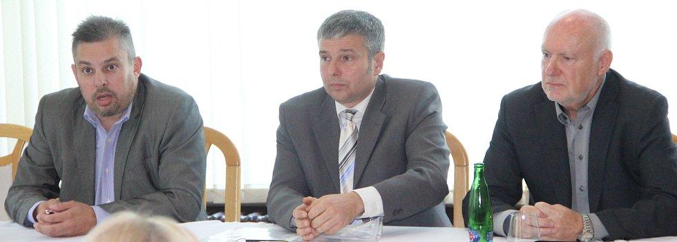 Zleva Petr Hermély - lídr Nezávislých, vedle něj lídr strany Za prosperitu Radek Pospíšilík a Jiří Pospíšil, zastupitel Za prosperitu