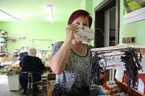 Do šití bavlněných roušek různých barev a vzorů se pustila dílna ve Veselíčku na Přerovsku. Zdejší starosta Tomáš Šulák je zdarma rozdal obyvatelům obce - roušky rozváželi v úterý odpoledne lidem dobrovolní hasiči.