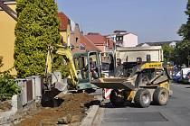Na přerovské ulici Vsadsko se po vynucené pauze opět rozběhla oprava chodníků. Práce musely být před několika měsíci přerušeny kvůli problémům s podložím.
