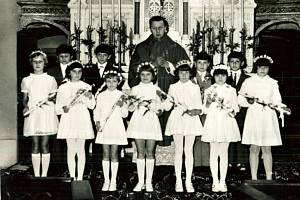 První přijímání hochů v Kostele svatého Jana Křtitele v Prosenicích. Na snímku také kněz Josef Prášek.