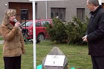Na památku projektu odhalila starostka obce Júlia Vozáková a krajský hejtman Martin Tesařík přímo na náměstí pamětní kámen