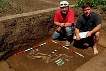 Unikátní nález učinili přerovští archeologové v Předmostí u Přerova. Majitelé rodinného domu našli na zahradě při výkopových pracích lidskou kostru ve skrčené poloze, která je typická pro pohřbívání v období starší doby bronzové.