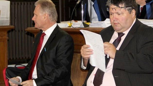 Bývalý přerovský primátor Jiří Lajtoch (vlevo) a radní Václav Zatloukal u soudu na podzim 2014