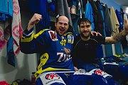 Hokejisté Přerova (v modrém) ve čtvrtém zápase předkola play-off WSM ligy proti Prostějovu zvítězili 4:2 a slavili postup. Milan Procházka a Jiří Goiš.