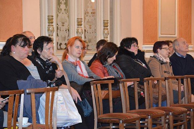 Na jednání městského zastupitelstva dorazili v hojném počtu také obyvatelé domů v ulici Velké Novosady, kteří přišli podpořit záměr radních na demolici ubytovny Chemik.