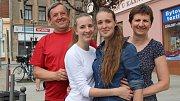 """Dvojčata Petra a Alena Bujnochovy  - dvěma """"plaváčkům"""", kteří se narodili při povodních v červenci 1997 v přerovské porodnici slaví 10. července 2017 dvacet let."""