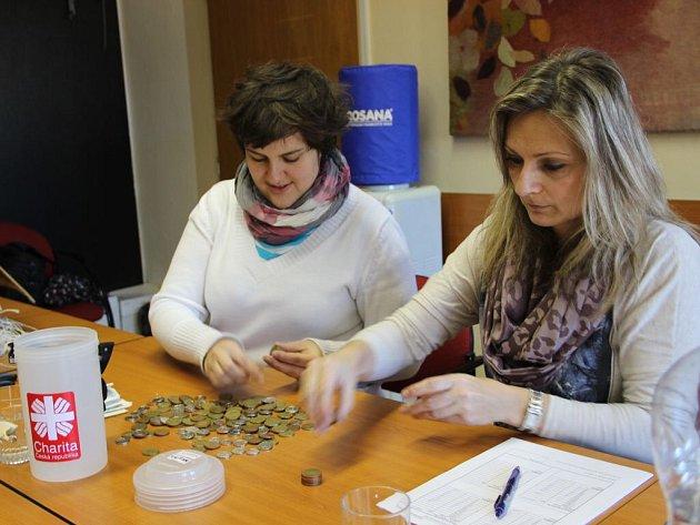 Pracovníci oblastní charity a úředníci z odboru ekonomiky magistrátu v úterý přepočítávali výtěžek Tříkrálové sbírky v Přerově.