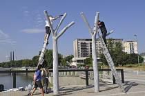 Opravy na jednom z betonových stromů na Tyršově mostě v Přerově