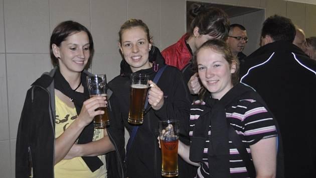Volejbalistky při příležitosti návštěvy přerovského pivovaru ochutnaly i místní výrobek