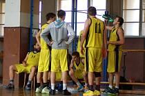 Basketbalisté Přerova (ve žlutém)