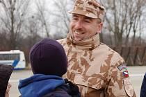 S palubním střelcem Martinem Ryšánkem, který tento týden odcestuje z přerovské vrtulníkové základny do Afghánistánu, se přišli na letiště rozloučit i jeho nejbližší – synové s manželkou