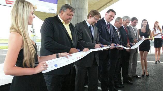 Na otevření úseku dálnice D1 mezi Hulínem a Říkovicemi přijel v červenci 2011 i tehdejší premiér Petr Nečas