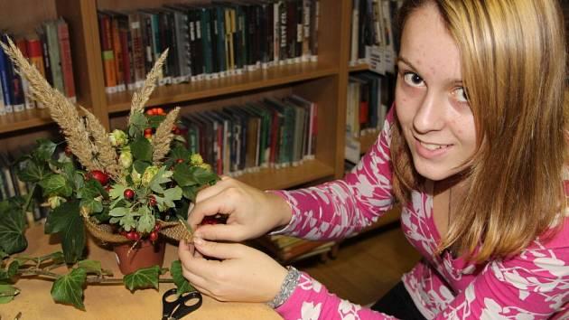 Podzimní dekorace vytvářely v sobotu vpodvečer v pobočce místní knihovny děti v Dluhonicích