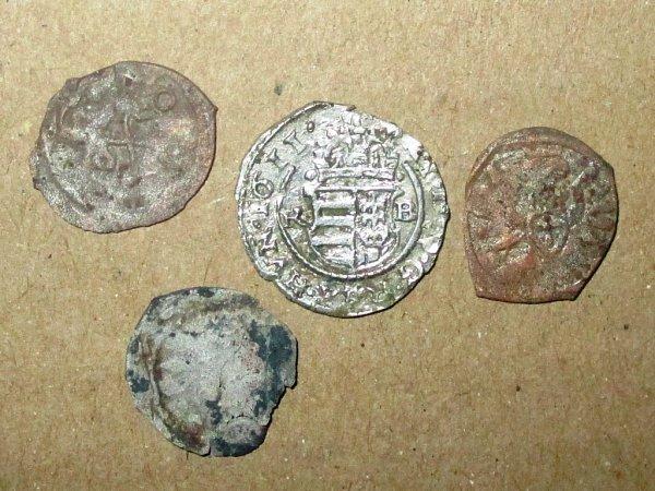 Dvě ze čtyř nalezených mincí vterénní vyrovnávce pod podlahou kaplev Dobrčicích pomohl nalézt Ondřej Vénos sdetektorem kovů.