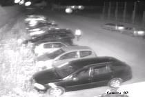 Hledaný pachatel poškodil dne 14. června po 22. hodině auto značky Citroën Xsara, které nechal jeho majitel zaparkované na parkovišti u firmy Omega v Želatovicích.