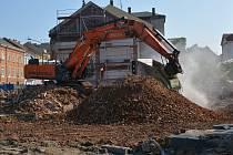Jen hromada suti zbyla po domech v Komenského a Kramářově ulici, které musely být zbourány kvůli plánované stavbě průpichu.