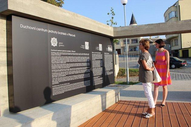 Slavnostní otevření nového památníku jednoty bratrské vulici Na Marku vPřerově se vneděli vpodvečer setkalo svelkým zájmem Přerovanů. Z