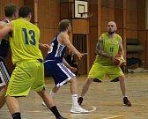 Basketbalisté Lipníku (ve žlutém)