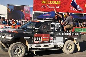 Šéf dřevohostického týmu Offroadsport Miroslav Zapletal se svým týmem v cíli rally Dakar 2020.