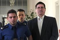 Pavel Nárožný u přerovského okresního soudu, který řeší jeho obžalobu z podvodu a krádeže