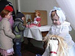 Výstava panenek v Tovačovském zámku. Všechny pochází se soukromých sbírek sběratelek Taťány Stárkové a Věry Kovaříkové