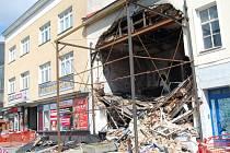 Statické zajišťování domu v Kramářově ulici, do kterého narazil kamion.